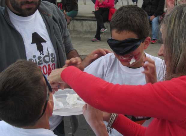 Feeding each other cream while blindfoldedSan Jose wheelbarrow race, Breña Baja