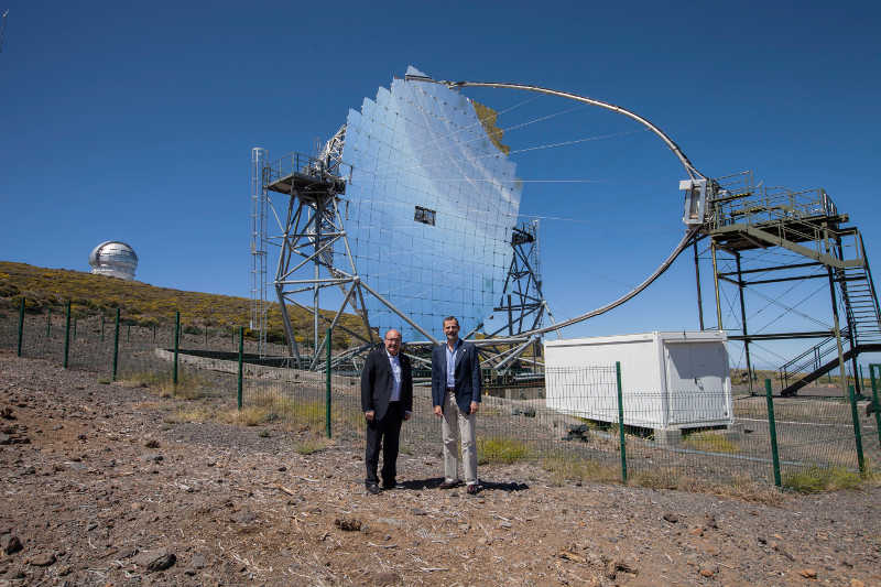 The Director of the IAC, Rafael Rebolo (left) and His Majesty the King (right) in front of the huge MAGIC II telescope, Roque de Los Muchachos observatory, La Palma