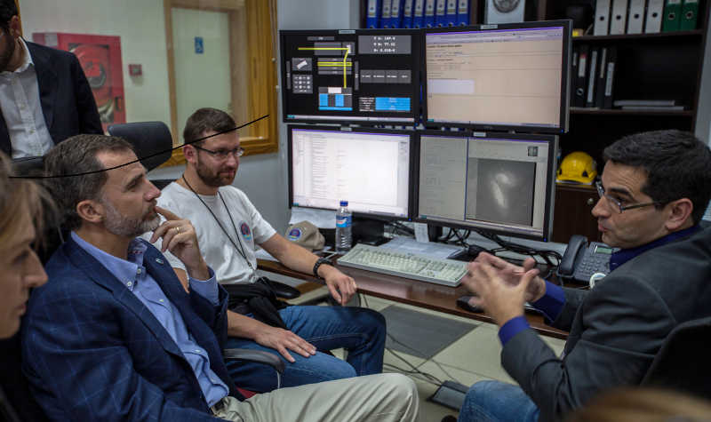 His Majesty the King, listening to the explanation by Antonio Cabrera, Head of Astronomy at the GTC, Roque de Los Muchachos observatory, La Palma. Credits: Antonio González/IAC.