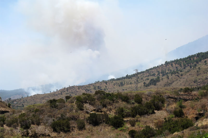 Big plumes of smoke from the fire menaacing Tigalate, Mazo at 13:30 pm