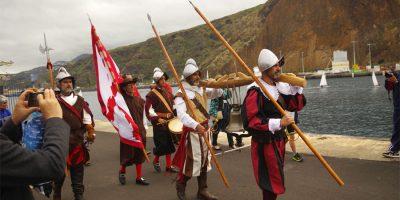 The bell of La Verdad being carried to the naval museum at Santa Cruz de La Palma